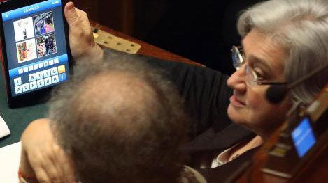 Rosy Bindi con il tablet in Parlamento